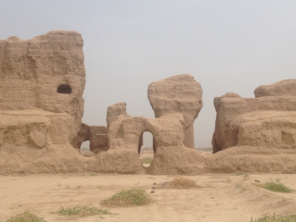 The gaocheng ruins looked a lot like something out of the west. If John Wayne rode his horse by us, I wouldn't have been surprised.